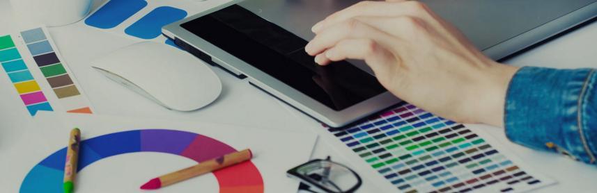Un graphiste freelance au travail