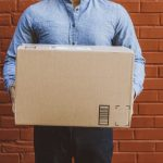 Homme avec un carton