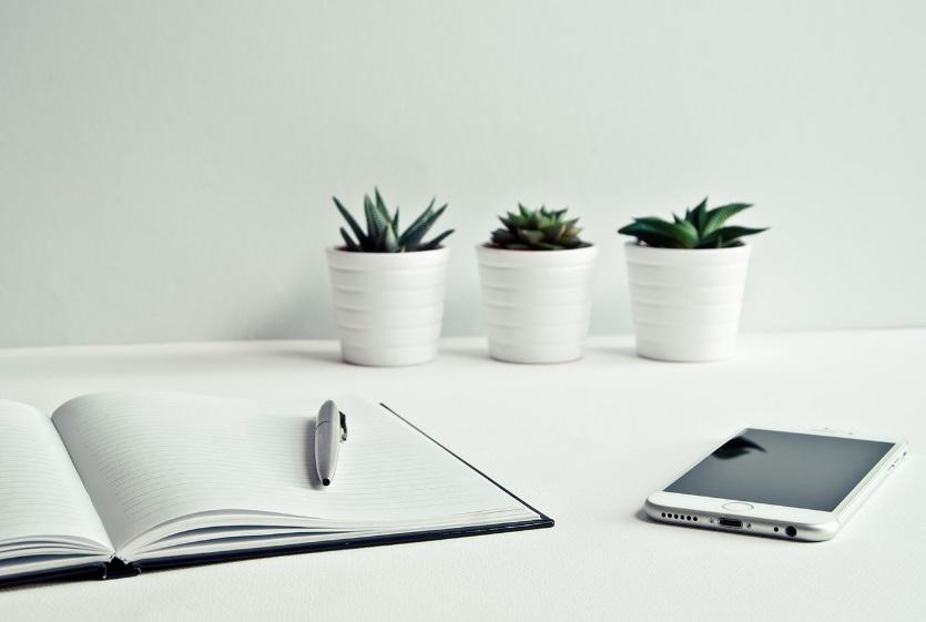 Un cahier et un smartphone